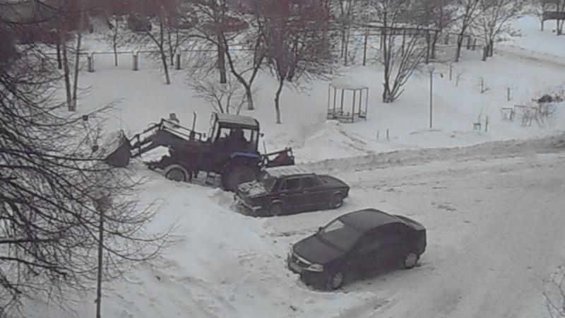 Очистка парковки от снега. Ульяновск, 12 января 2017 (c)www.ulgrad.ru