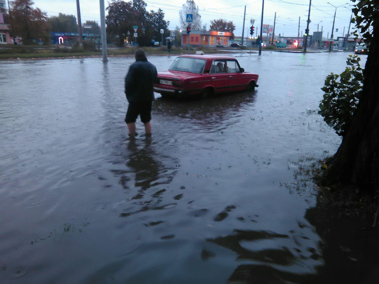 У Харкові сильний дощ затопив вулиці - фото 1