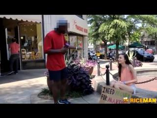 Красивая девушка или бездомная девушка - кому вы поможете?
