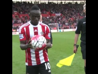 Referee Andre Marriner tries to steal Sadio Mané's hat-trick ball! 😂 #saintsfc