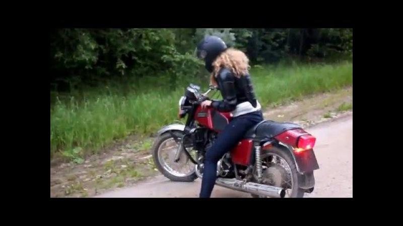 Девушка впервые трогается на мотоцикле ИЖ Юпитер 5
