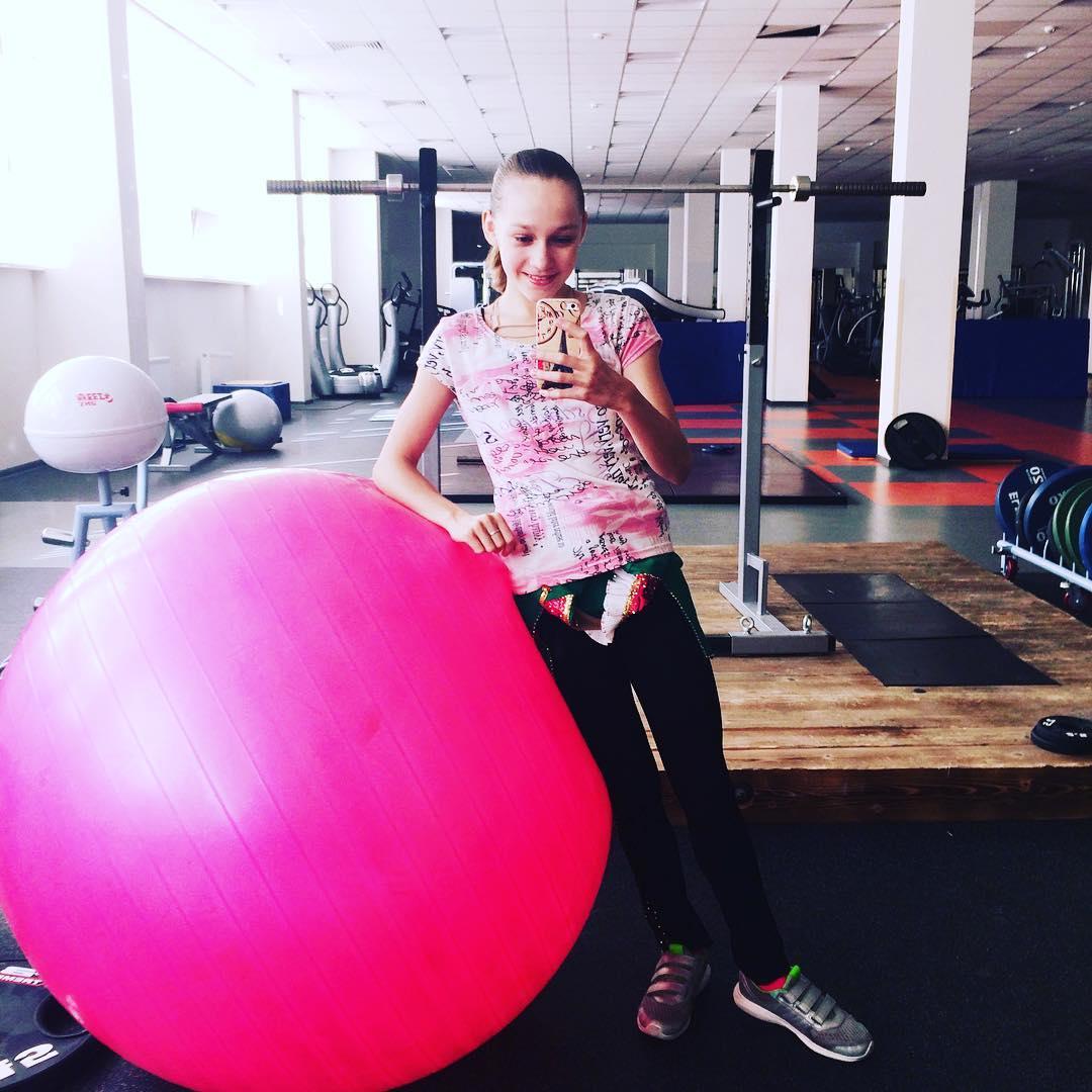 Розовый мяч Новогорска & Индивидуальный чемодан фигуриста - Страница 2 ZlPa78oUtFo