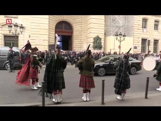 В штаб-квартире парижской полиции и в соборе Нотр-Дам почли память погибшего на Елисейских полях