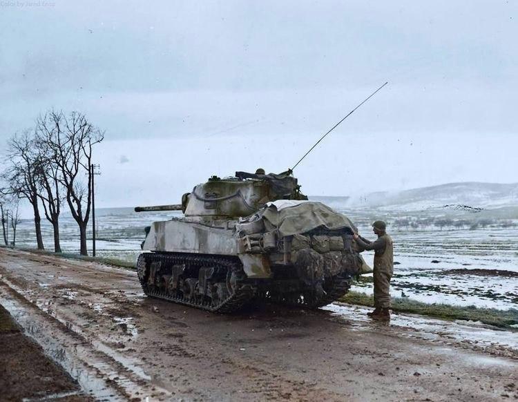 Средний танк М4А3 (76) W Sherman 12-й бронетанковой дивизии армии США в городе Юссерен-ле-Шато на северо-востоке Франции. Февраль 1945 года.