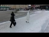 Женщина атакует гигантский сперматазоид в самом центре Первоуральска