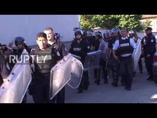 Сербия: Албания столкновения демонстрантов с полицией, предотвращая наступление Сербов.