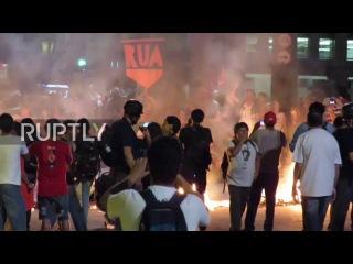 Бразилия: Сан-Паулу горит, как полиция водно-пушка выключается анти-Темер демо.