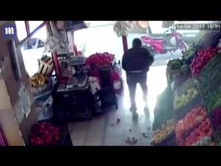 Отбился от вооруженного преступника с помощью помидоров / Турция