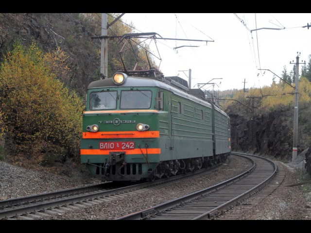 ВЛ10У 242 на перегоне Сыростан - Флюсовая Южно-Уральской железной дороги.