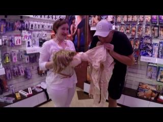 Надувная блядь - экскурсия в интим магазин Он и Она