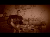 парень играет на гитаре и классно поет про любовь, прикол в конце, армейские песни, красивый голос