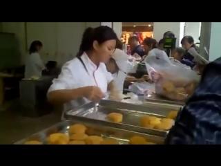 Китайцы работают как машина! ! супер работница!