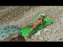 Нудистка на надувном матрасе