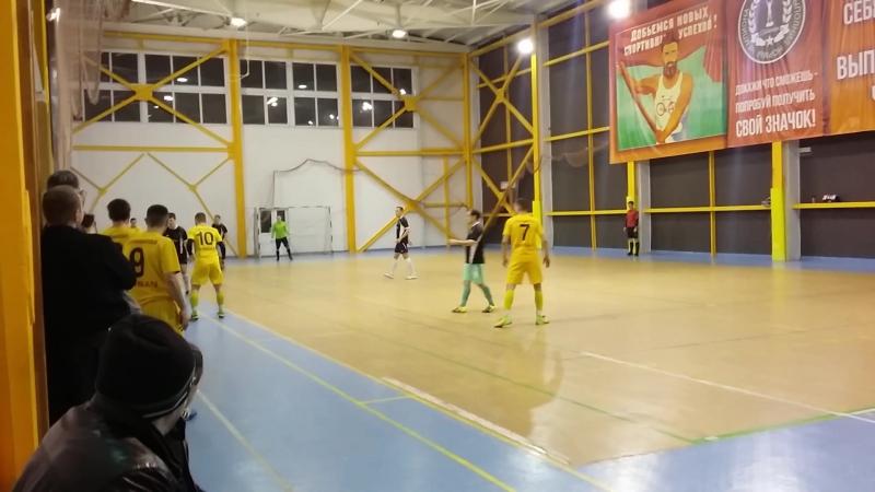 Компаньон-Пирамида: последние минуты матча, один из лидеров Пирамиды - Алексей Лупарев, посылает мяч в пустые ворота