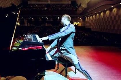 В Новосибирске музыканты и слушатели притворились манекенами во время концерта