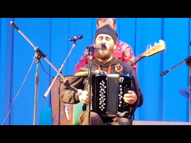 Батюшка сыграл и спел на концерте Играй гармонь в Тюмени