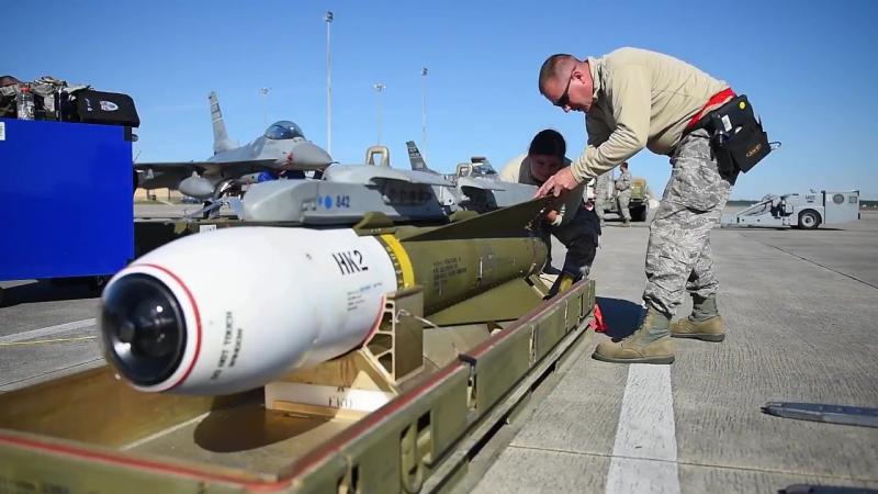Loading munitions on F-16 fighter jets. Загрузка военного снаряжения на F-16.
