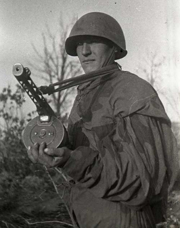 """Пистолет-пулемёт системы Шпагина образца 1941 года (ППШ-41). Маскировочный летний костюм """"Амёба"""""""