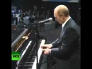 Putin spielt Klavier Путин играет на пианино