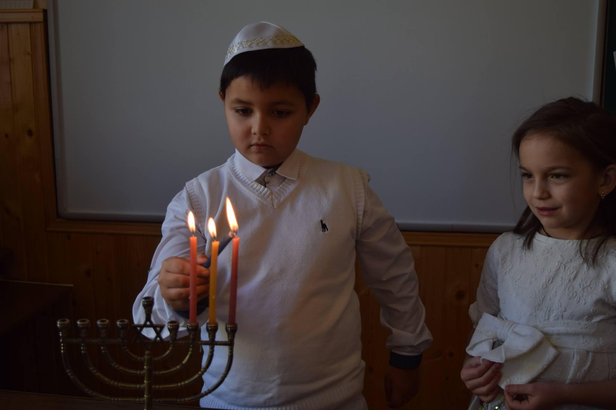 Чернівецькі школярі відзначили свято Ханука (ФОТО)