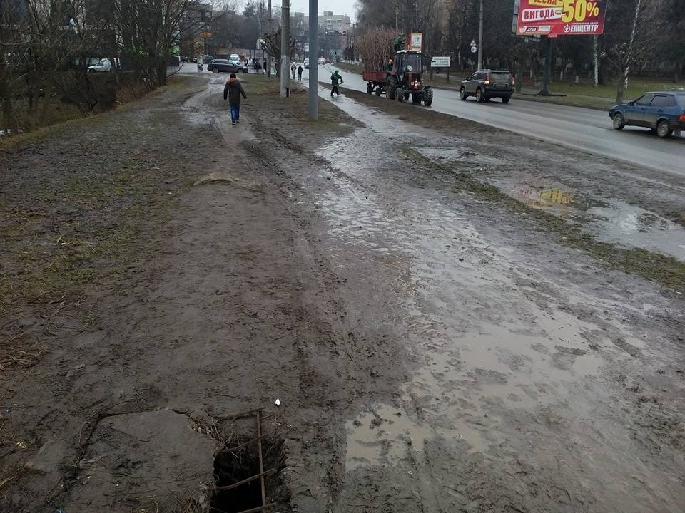 Болото замість тротуару, діри, розвалені стовпи — на вулиці Комарова чернівчани вимушені ходити проїжджою частиною (ФОТО)