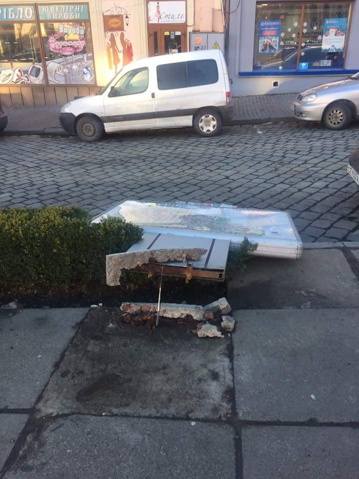 У центрі Чернівців впав сітілайт з мапою міста. Через неякісну конструкцію (ФОТО)