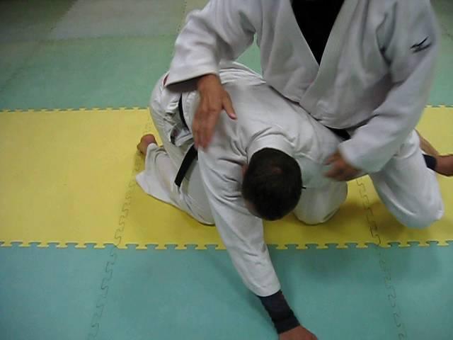 Удушение одним отворотом- классика удушений дзюдо.