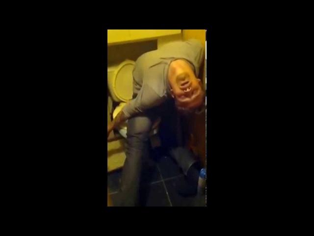 Пьяный парень спит в туалете