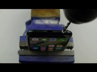 Парень просверлил iPhone 7, чтобы иметь разъем для наушников