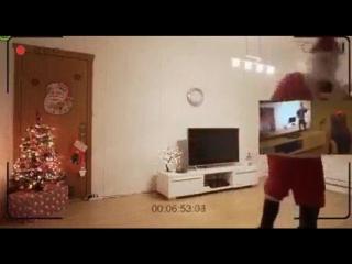 Отец смонтировал для дочки видео:  ночью скрытая камера засняла как приходил Дед Мороз и оставил под ёлкой специально для неё по