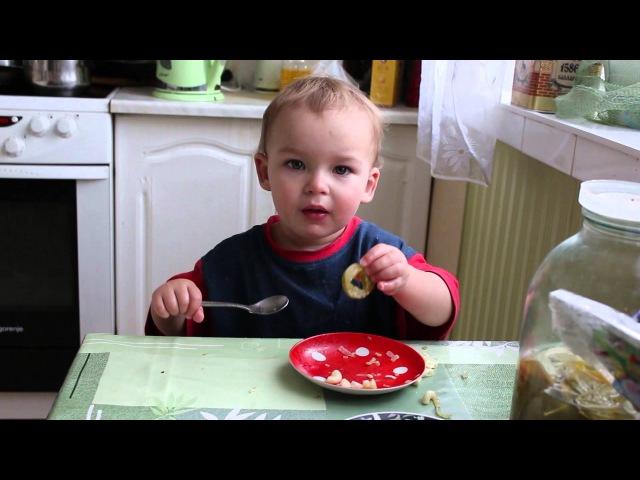 Sup Ребенок кушает самостоятельно ложкой 1 5 года