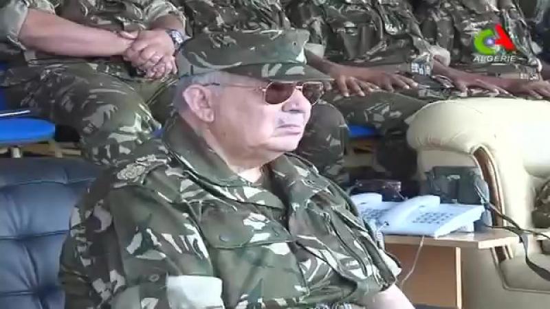Algérie Gaïd Salah supervise l'exécution d'un exercice aérien de tirs réels à Hassi Bahbah