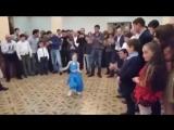Маленькая принцесса танцует под индийскую музыку