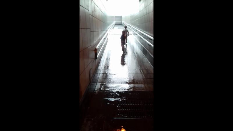 пусть капает дождик,а мы веселимся!Ни капли,ни капли дождя не боимся!🌈💧☔👬