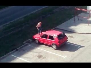 Полуголый мужик прыгает по автомобилю в Калининграде 12.05.16