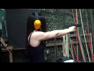 Эльнара учится стрелять!