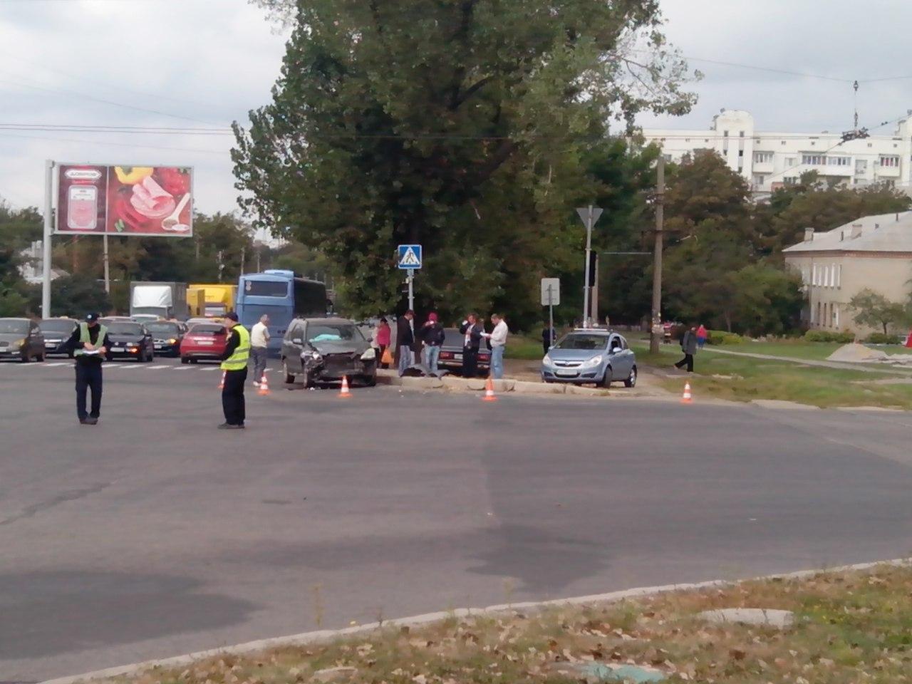 ДТП в Харькове: автомобиль вылетел под трамвай (ФОТО)