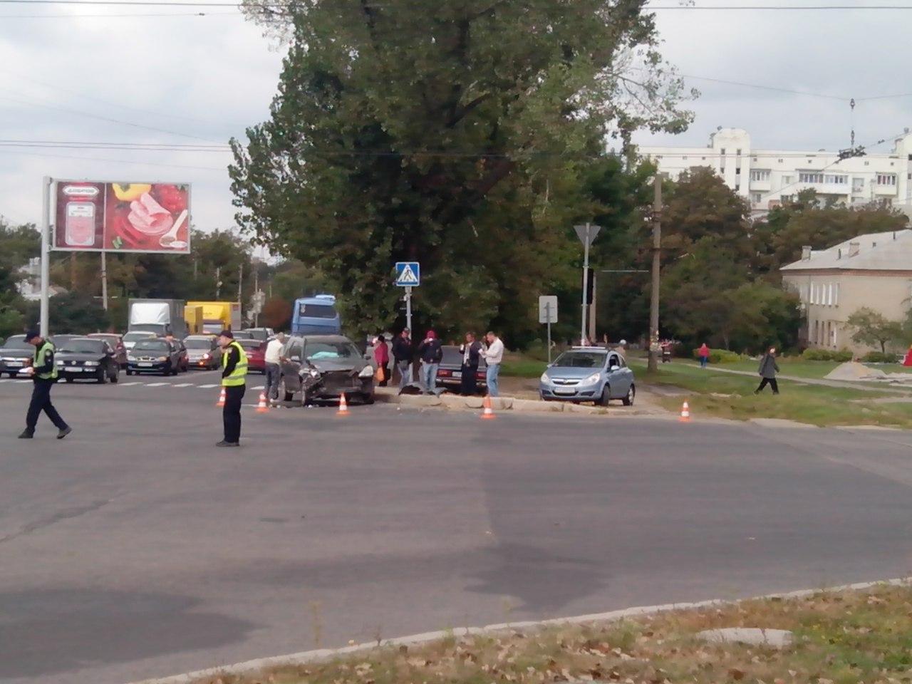 ЧП в Харькове. Из-за удара авто вылетело под трамвай (ФОТО)