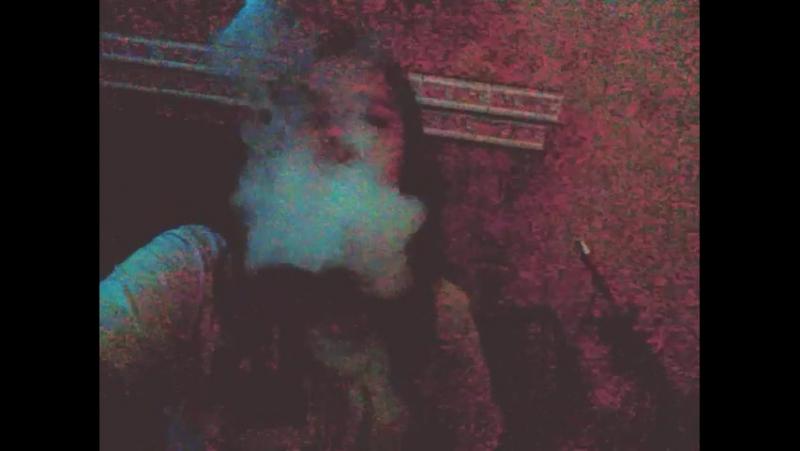 малая курит кальян
