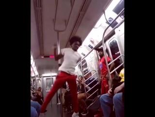 📽 Этот парень танцует на шесте лучше, чем стриптизерши 😱😍😂