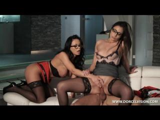 Порно девушка мастурбирует другой девушке