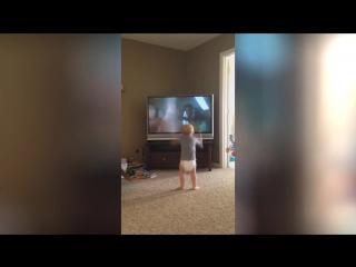Малыш умело тренируется с Рокки Бальбоа (6 sec)