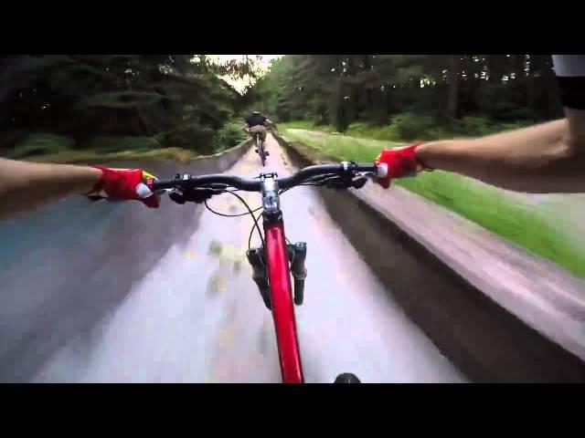 Скоростной спуск на велосипедах по заброшенной бобслейной трассе