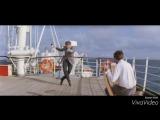 показывает другу как он танцует