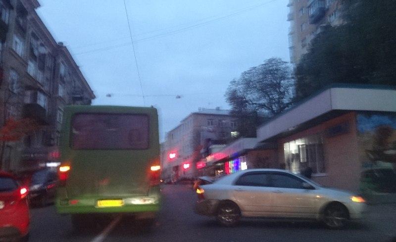 Водителей легковушек изрядно побили в Харькове (ФОТО, ВИДЕО)