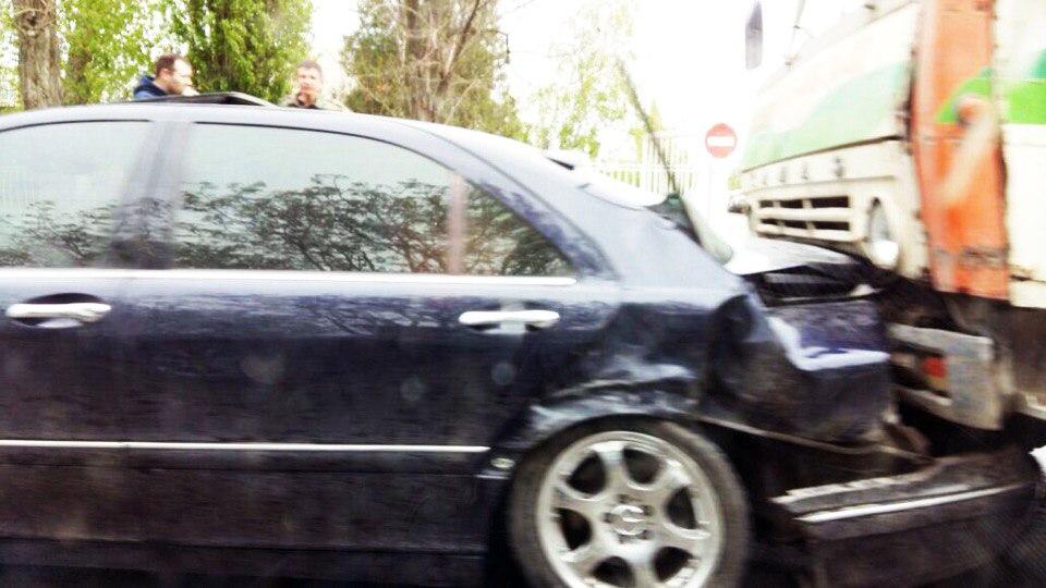 В Таганроге «КамАЗ» смял Mercedes-Benz