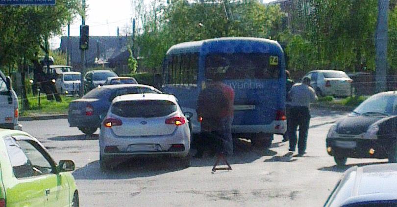 Сегодня утром в Таганроге столкнулись Kia Cee'd и маршрутка №74