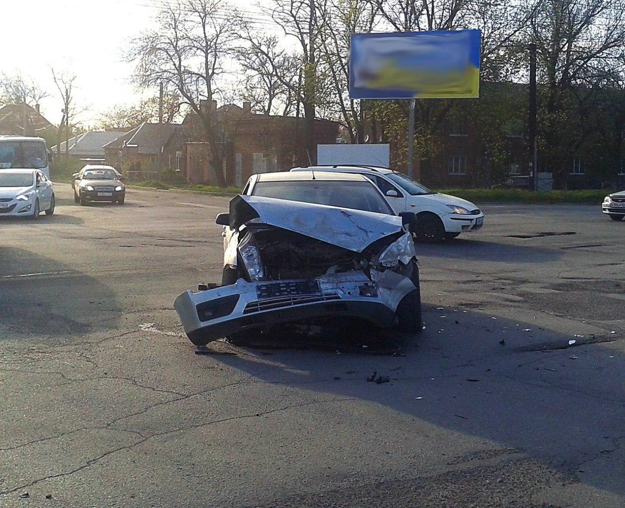 В Таганроге на 2-ой Советской столкнулись Toyota Land Cruiser 200 и Ford Focus