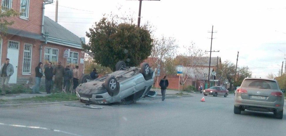 В Таганроге столкнулись Hyundai Sonata и KIA Sportage, последняя перевернулась