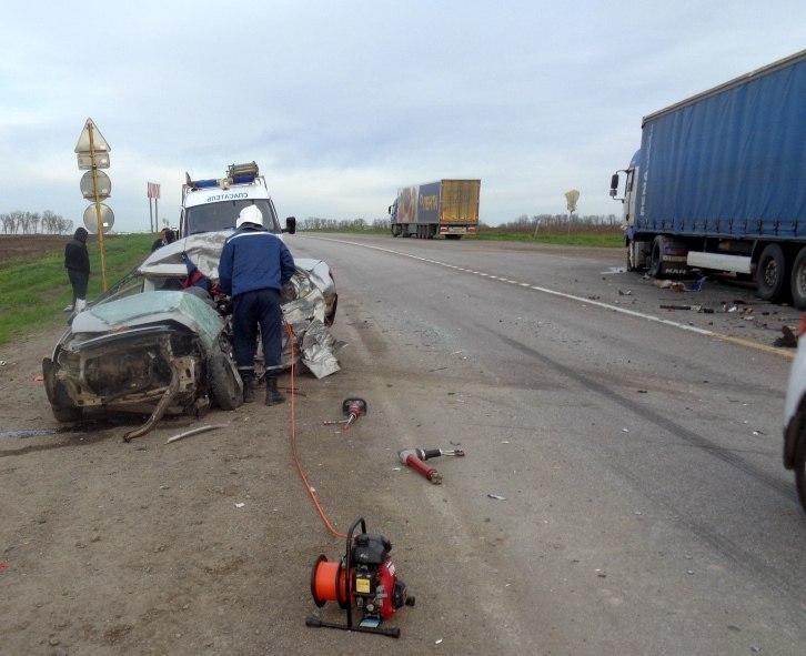 На трассе «Ростов-Таганрог» столкнулись LADA Granta и фура MAN, один погибший